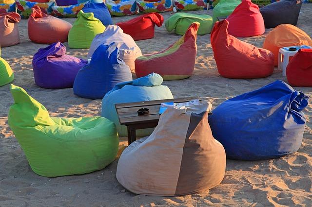 sedací vaky na pláži.jpg