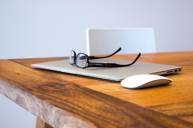 macbook, myš a brýle
