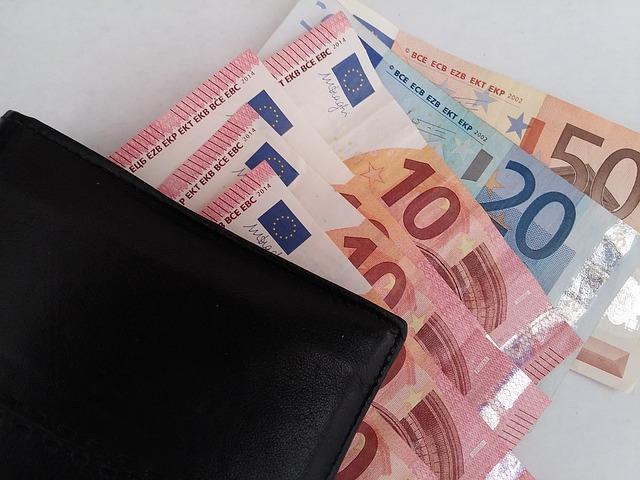 bankovky pod peněženkou