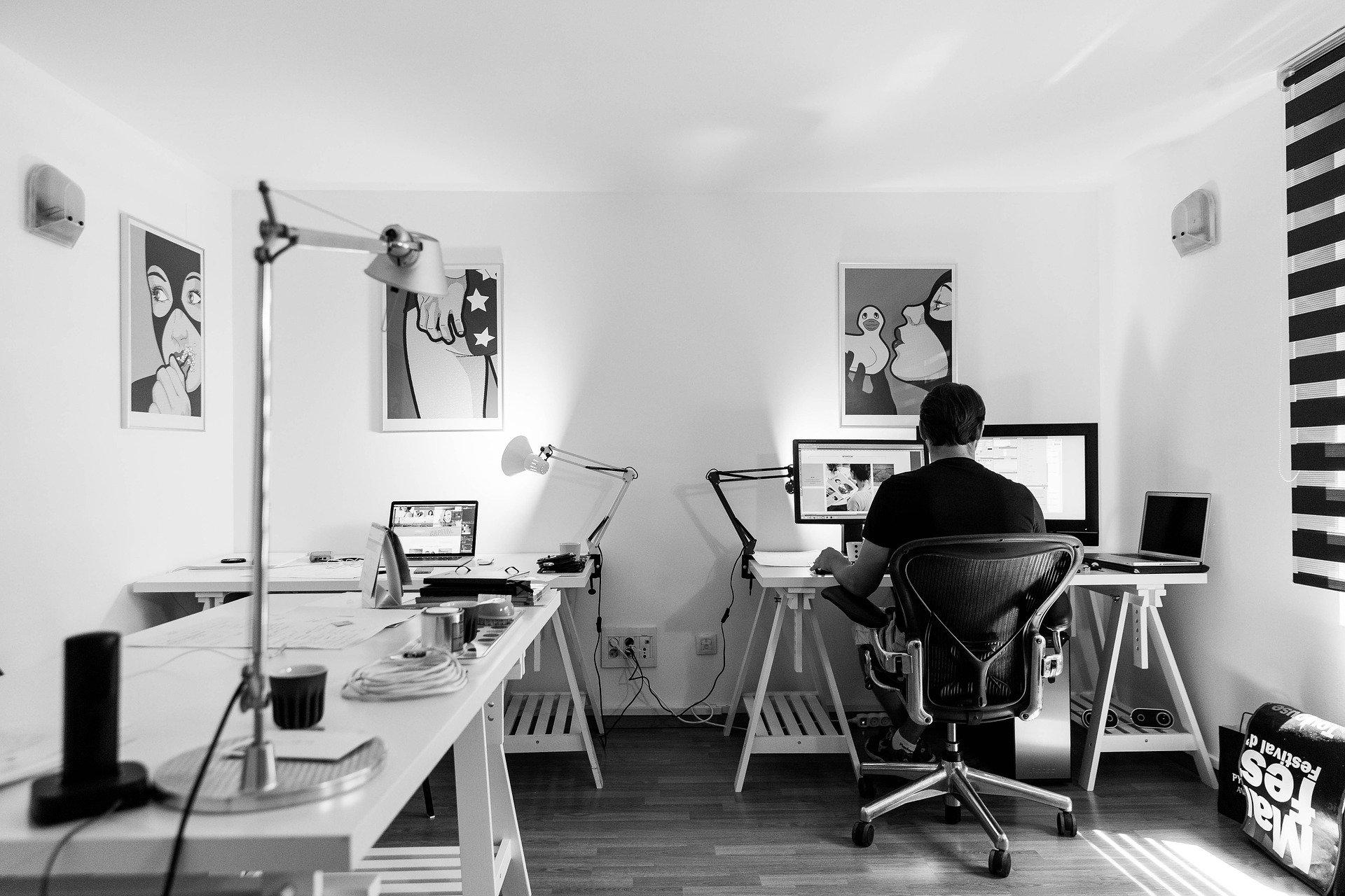 muž s počítačem